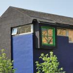Det blå hus med grønne vinduer